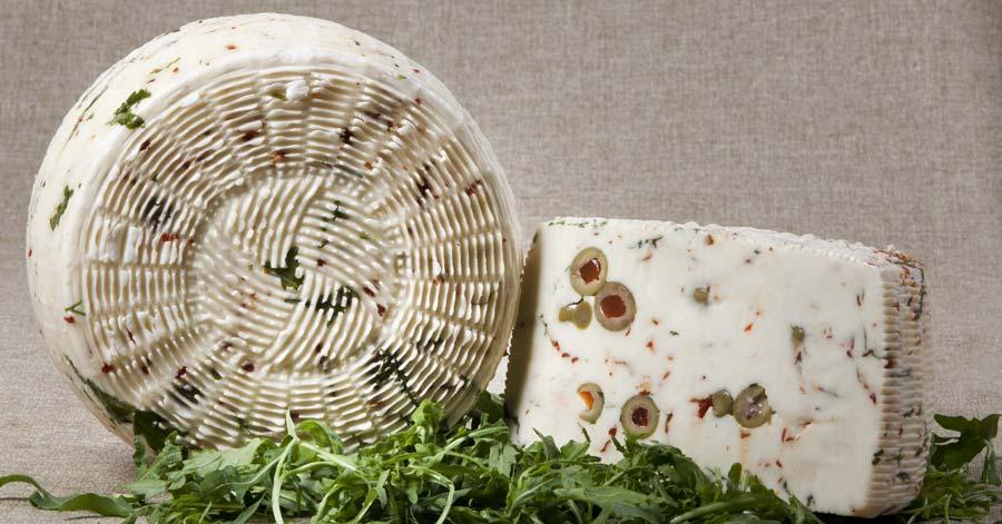Una immagine di una forma di Pecorino fresco con rucola